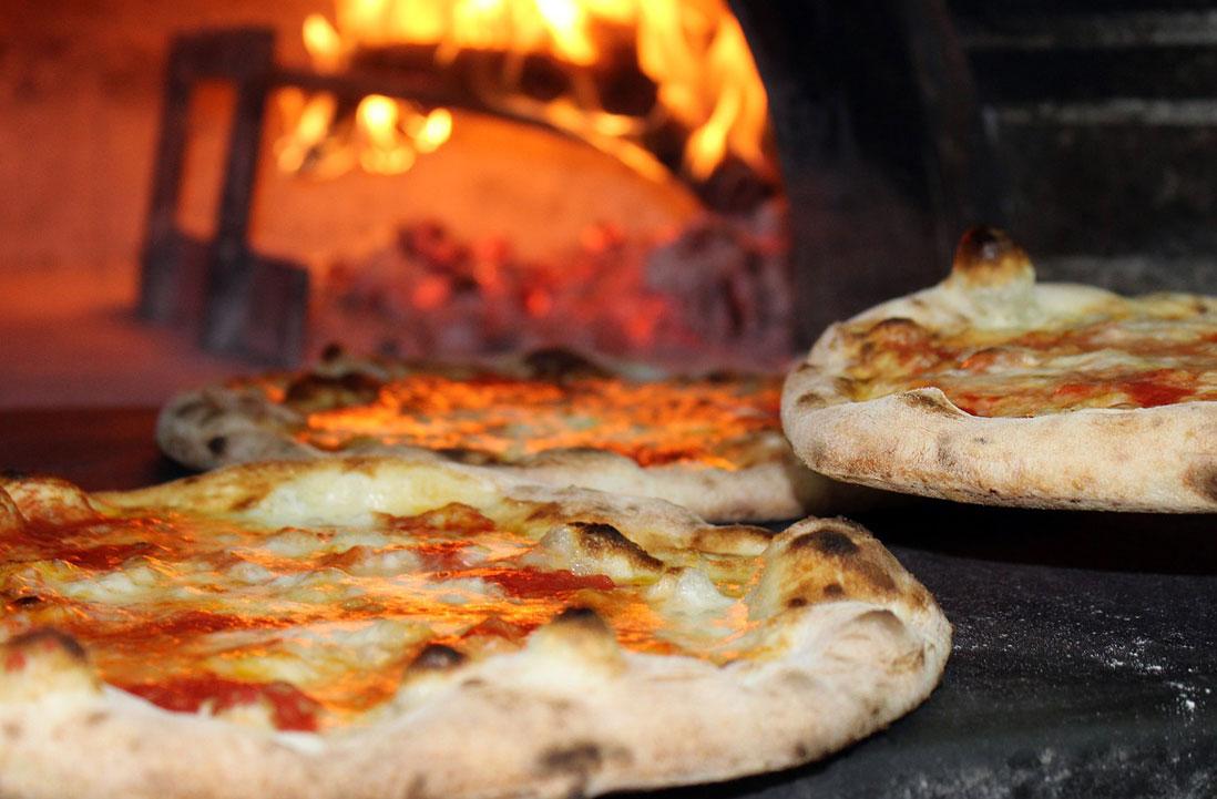 Pizza napoletana infornata nel forno a legna