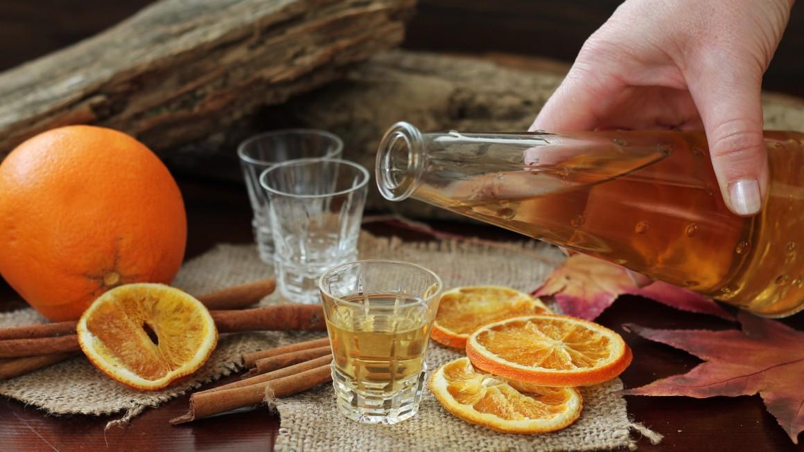 grappa distillata con alambicco